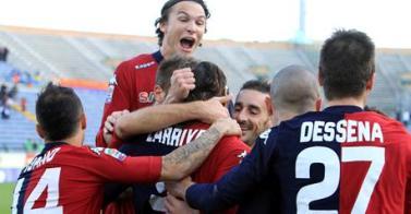 Tutti con Larry dopo il gol dell'1-0 contro il Genoa